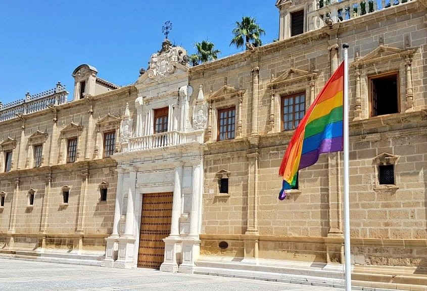 The Flag of Diversity reminds in the Andalusian Parliament the avant-garde Law on Equal Treatment and against the discrimination of LGTBI people approved unanimously